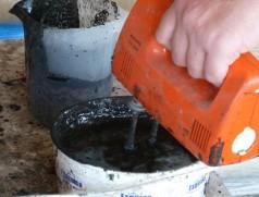 Vermischen von Torfsubstrat und Kleber (Impfmittel Force 48). Foto: Taifun Tofuprodukte