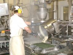 Während der Verarbeitung zu Lebensmitteln wird Soja grundsätzlich gekocht oder geröstet. Rohe Sojaprodukte wären schwer verdaulich. Foto: Taifun Tofuprodukte