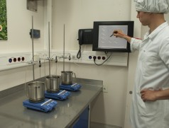 Test neuer Sojasorten auf Tofueignung. Foto: Taifun Tofuprodukte